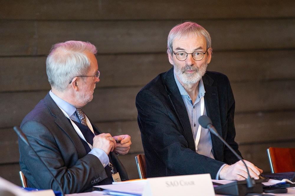 Arktisen neuvoston mustahiilityöryhmän puheenjohtaja Mikael Hildén kertoi, että arktisen alueen mustahiilipäästöt ovat laskusuunnassa. Arktinen suurlähettiläs Aleksi Härkönen on neuvoston virkamieskomitean puheenjohtaja. Kuva: Kaisa Sirén