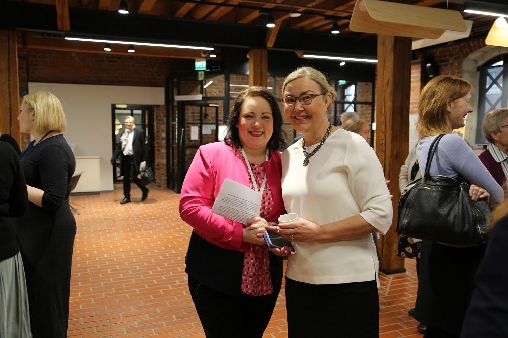 Konferenssivastaava Annariina Kukkonen (vasemmalla) iloitsee yhdessä WWF Suomen pääsihteeri Liisa Rohwederin kanssa yhteistyöllä syntyneen ympäristövastuullisen kokoustamisen oppaan julkistamista.