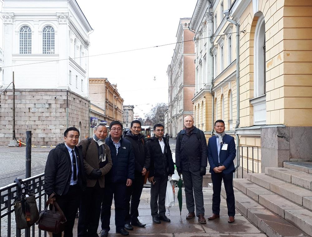 Valtioneuvoston linnassa bhutanilaisvieraat vastaanotti MMM:n ylijohtaja Juha Niemelä. Kuva: Harri Kämäräinen