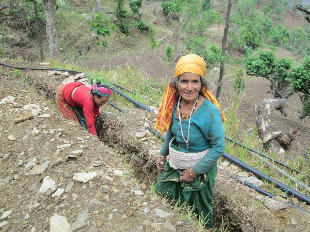 Två kvinnor kräver väg för vattenrör