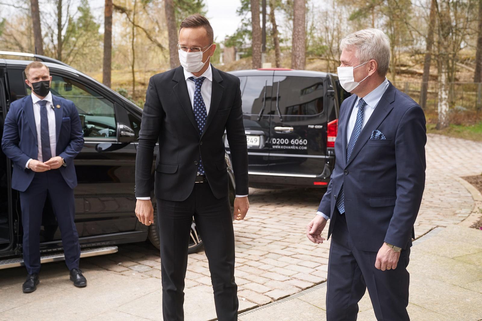 Ulkoministerit Szijjártón ja Haavisto saapumassa tervehtimään toisiaan Helsingissä.