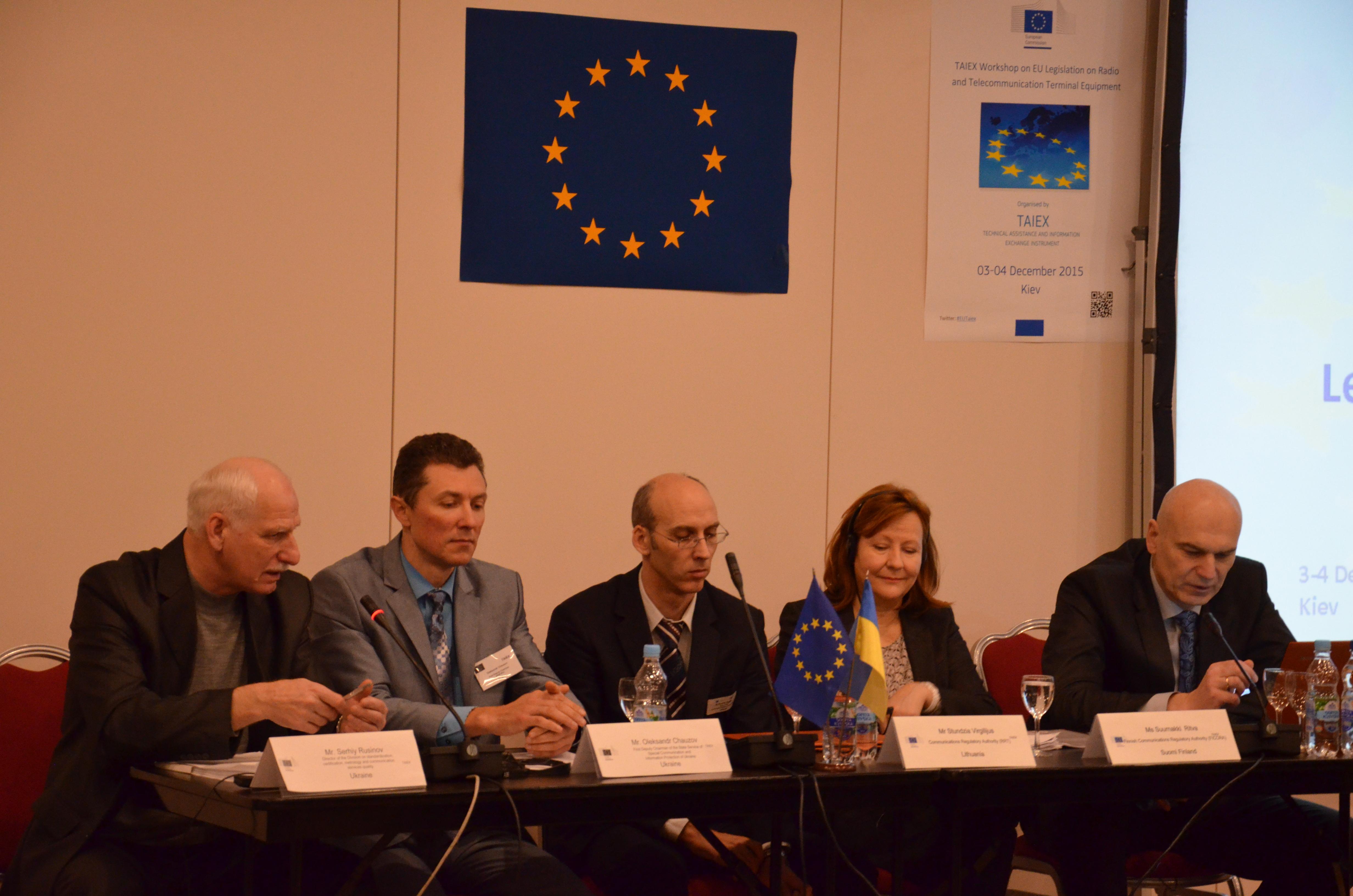 Ritva Suurnäkki (toinen oikealta) on toiminut TAIEX-asiantuntijana useissa EU:n laajentumis- ja naapuruuspolitiikan kohdemaissa. Kuvassa Suurnäkki on puhujana Ukrainassa järjestetyssä TAIEX-seminaarissa. Suurnäkin lisäksi kuvassa ovat vasemmalta lukien Serhiy Rusinov (Ukraina), Oleksandr Chauzov (Ukraina), Virgilijus Stundzia (Liettua) sekä Arvydas Giedraitis (Liettua).