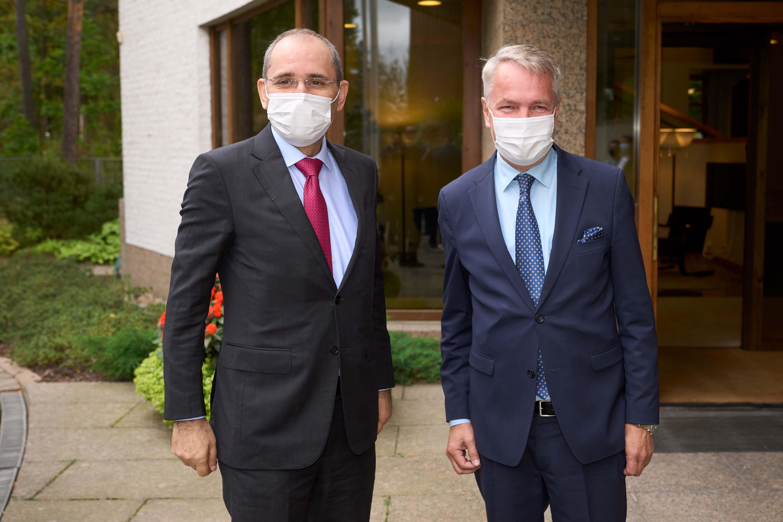 Suomen ulkoministeri Pekka Haavisto ja Jordanian ulkoministeri Ayman Safadin seisovat vierekkäin.