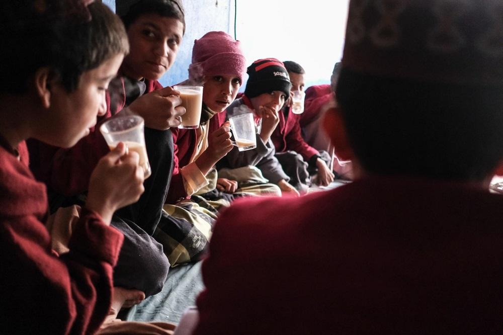 Pojkar dricker te.