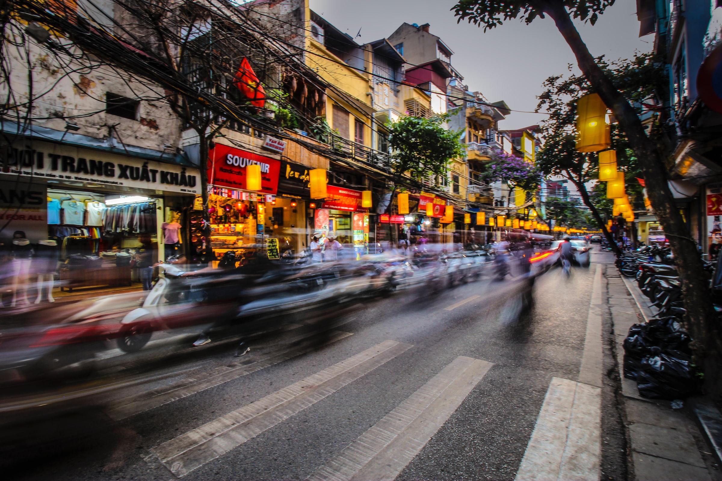 Kuva kadusta Vietnamin pääkaupungissa Hanoissa.