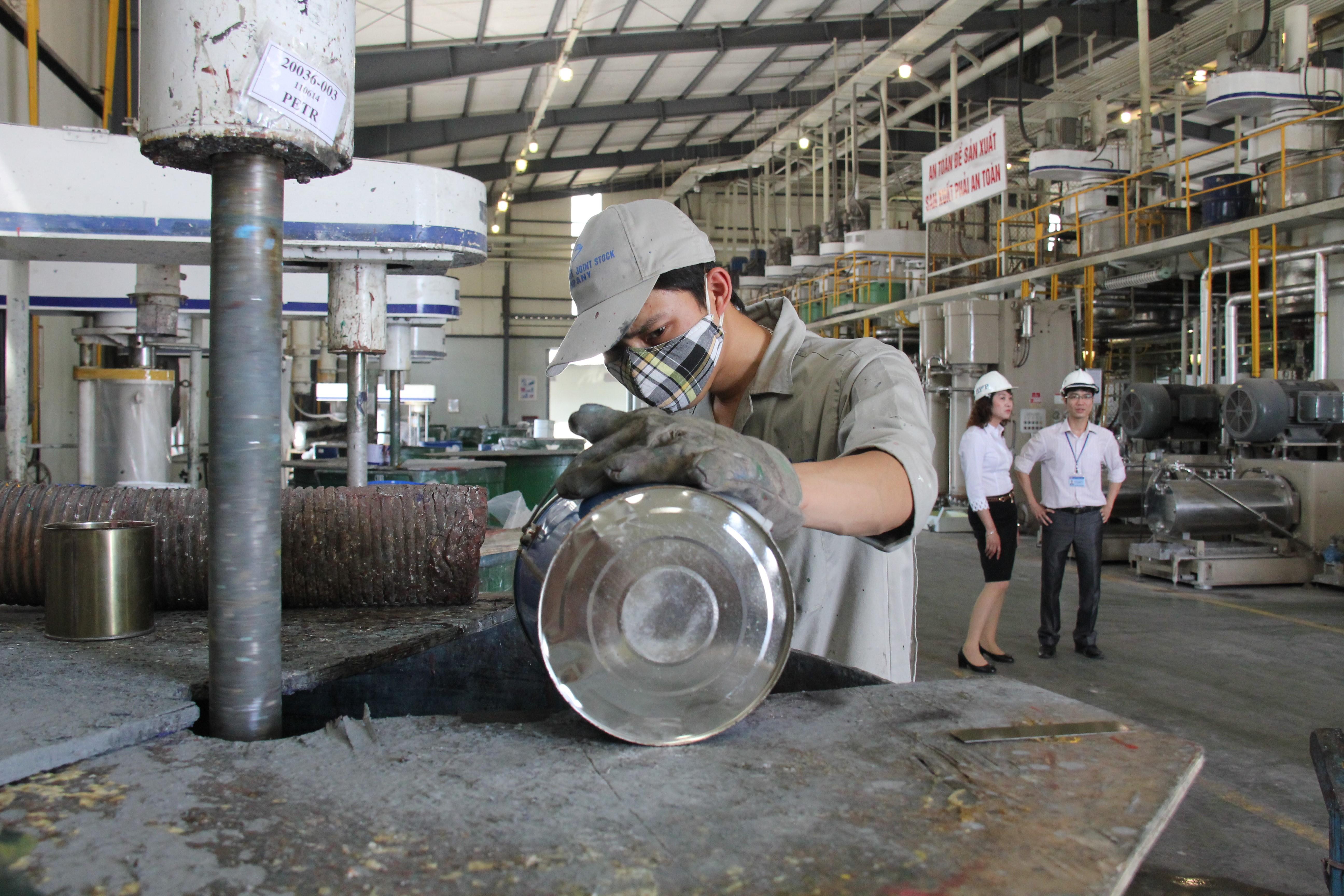 Mies tekee korjaustöitä Vietnamissa.