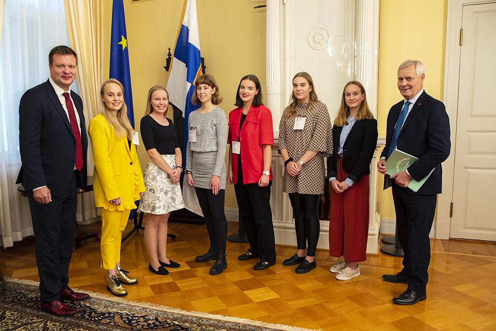 Ministeri Skinnari, Miisa Rotola-Pukkila, Maisa Mikkola, Olivia Sorvari, Elina Ahde, Tessa Manula, Jonna Könkkölä ja pääministeri Rinne.