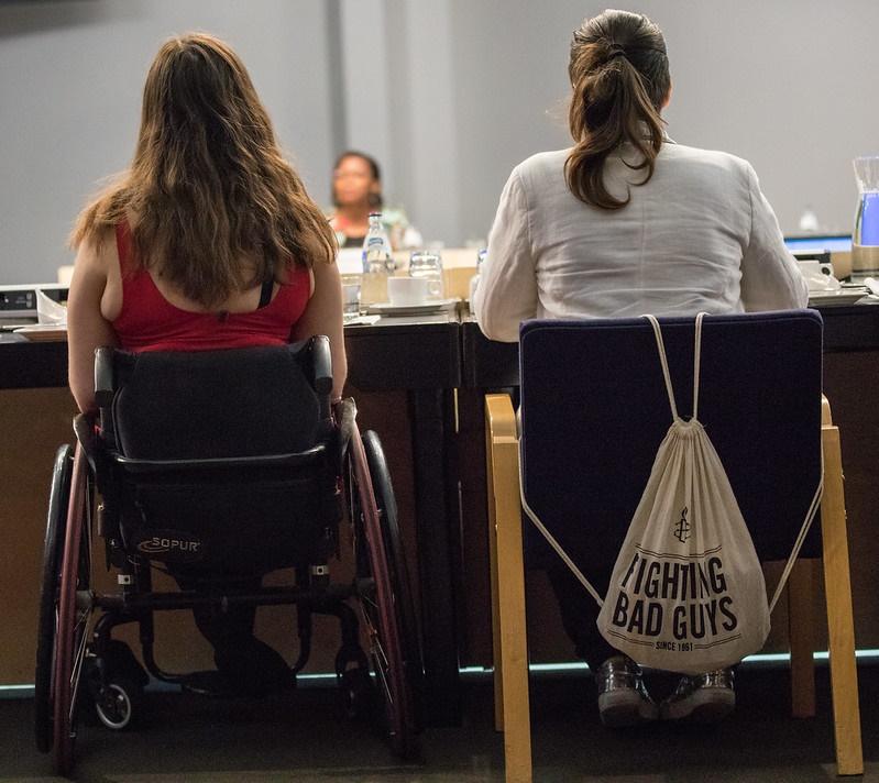 Kaksi henkilöä istumassa pöydän ääressä