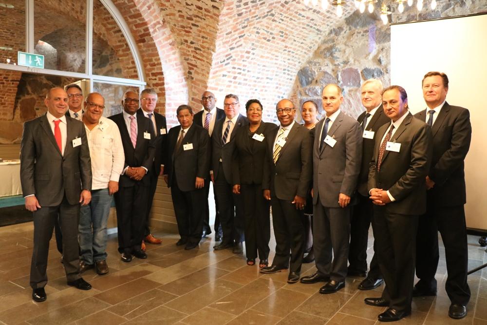 Kunniakonsulit tapasivat Suomen vierailunsa aikana ulkoministeri Timo Soinin.