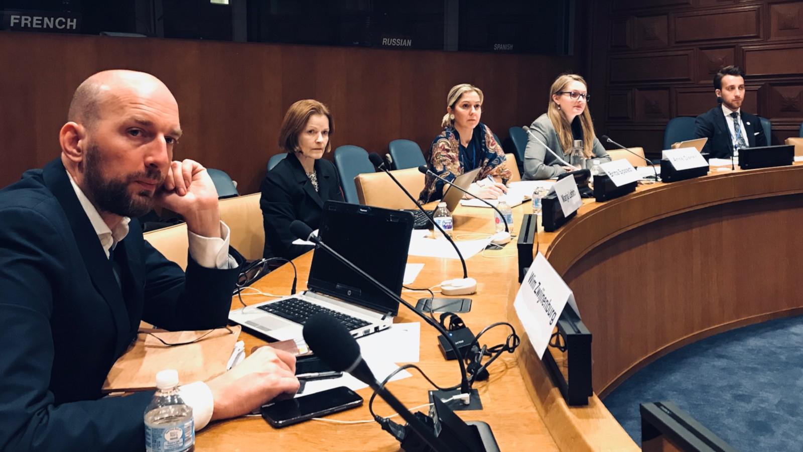 Kokoussalissa eri maiden edustajia pyöreän pöydän äärellä. Marja Lehto toinen vasemmalta.