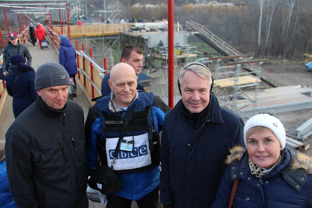 ETYJn edustajia, ministeri Haavisto ja suurlähettiläs Laine