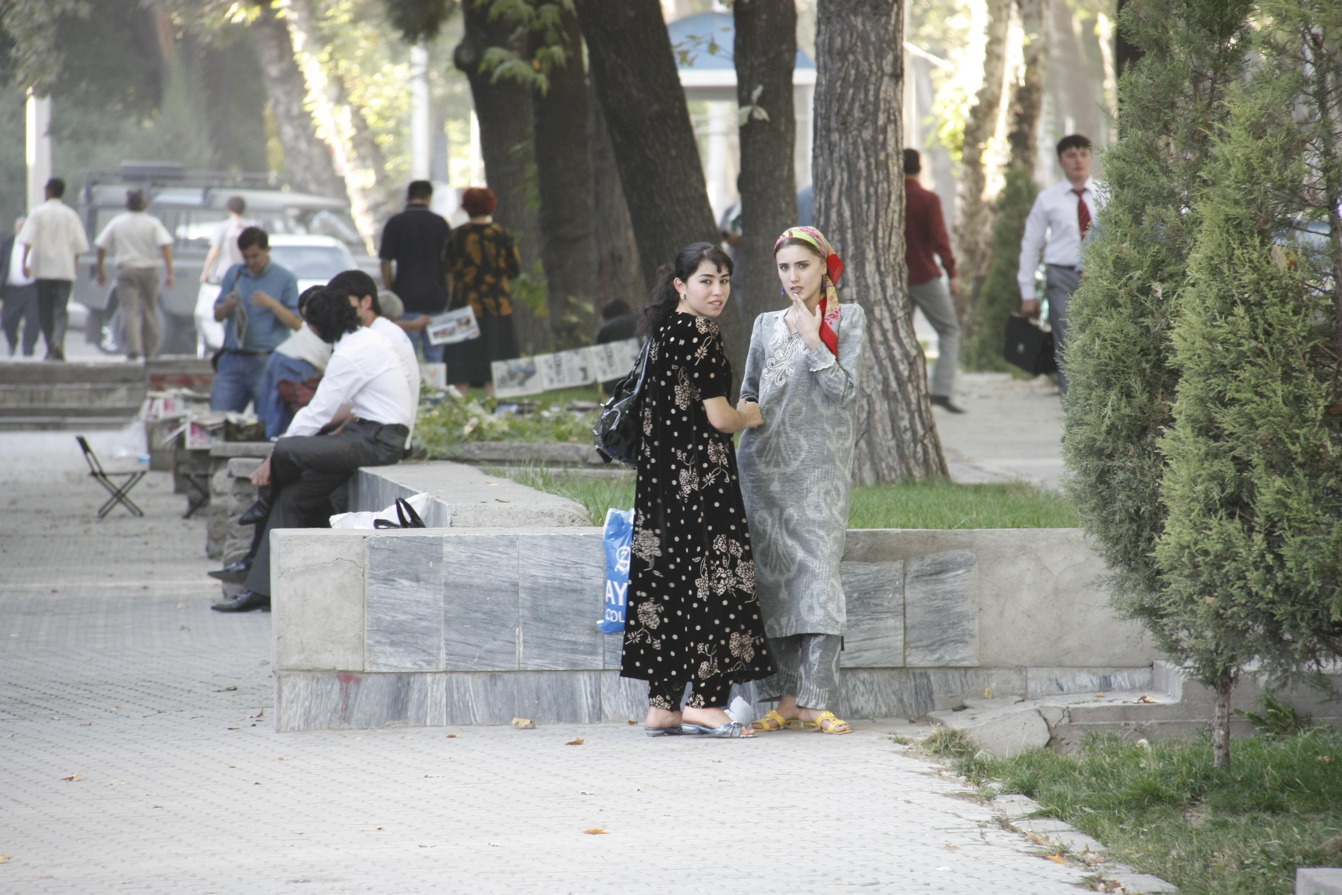Kaksi naista seisoo kadulla Tadhzikistanissa.