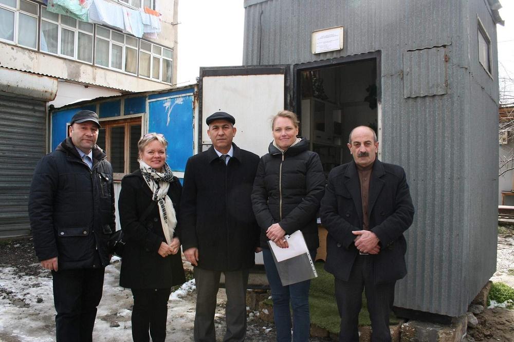 Neuvonantaja Katja Lovén ja asiantuntija Pia Anttila tutustumassa Bakun ilmanlaadun mittausasemiin paikallisten yhteistyökumppaneiden opastuksella.
