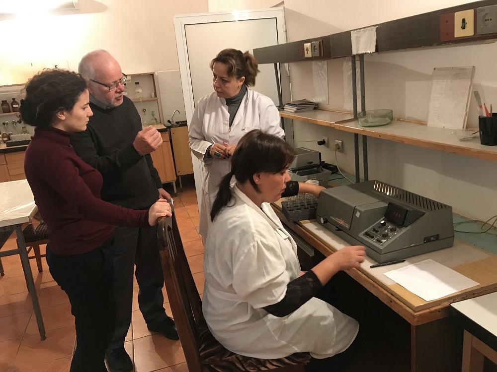 Asiantuntija Jari Walden tutustuu ilmanlaadun analyysien tekoon ministeriön laboratoriossa.