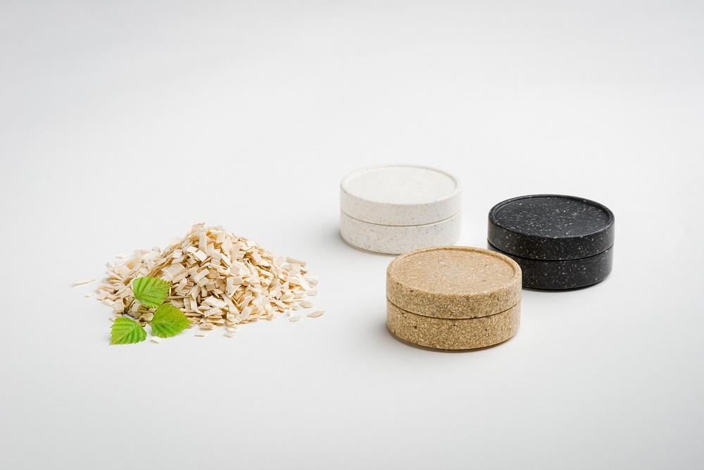 Sulapac-pakkauksissa käytetään biohajoavaa ja mikromuovitonta materiaalia, jolla on muovinkaltaisia ominaisuuksia. Materiaali kuitenkin hajoaa täysin eikä siitä jää haitallisia mikromuoveja.